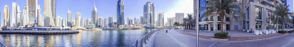 迪拜- 2015年11月:迪拜小游艇船坞摩天大楼全景  免版税库存图片
