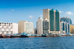 迪拜- 2015年10月7日:有大厦和小船的迪拜Creek d 库存照片