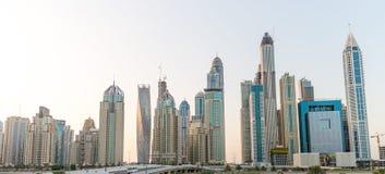 迪拜- 2015年10月8日:迪拜在黄昏的小游艇船坞地平线 迪拜att 库存照片