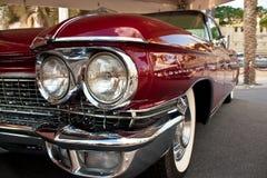 迪拜- 2012年3月14日:1960年卡迪拉克黄金国比亚利兹敞篷车在酋长管辖区经典汽车节日显示  库存照片