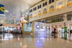 迪拜- 4月06 :乘客大厅在迪拜国际机场 免版税库存照片