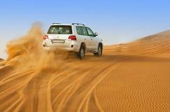 迪拜- 6月2 :驾驶在沙漠的吉普,传统娱乐 免版税图库摄影