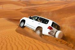 迪拜- 6月2 :驾驶在沙漠的吉普,传统 免版税图库摄影