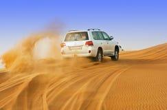 迪拜- 6月2 :驾驶在沙漠的吉普,传统 库存照片