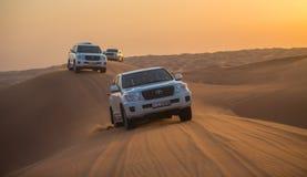 迪拜- 10月21 :驾驶在沙漠的吉普,传统 免版税库存照片
