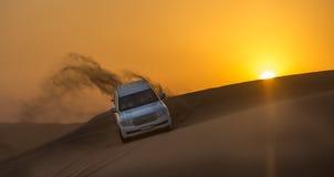迪拜- 10月21 :驾驶在沙漠的吉普,传统 免版税图库摄影