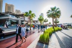 迪拜- 11 12 2015 - 游人和访客享用海滩,并且新打开的Jumeirah的餐馆使村庄靠岸 免版税库存照片