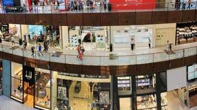 迪拜购物中心、里面的一张顶视图,精品店和商店, peopl 免版税库存图片