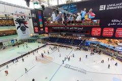 迪拜购物中心的滑冰场在迪拜,阿拉伯联合酋长国 免版税图库摄影