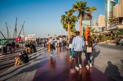 11迪拜 12 2015 - 第一个季节游人通过新打开的Jumeirah海滩村庄走 免版税库存图片