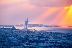 迪拜建筑学屋顶视图在日落的与海边 库存图片