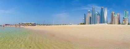 迪拜- panoramy与从海滩的小游艇船坞塔 免版税图库摄影