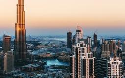 迪拜` s企业海湾风景全景视图耸立在日落 结构上作为背景是能构成使用 库存照片