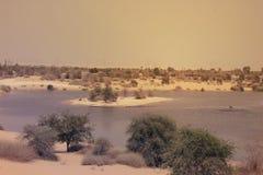 迪拜AL-KUDRA沙漠和湖, 2017年6月26日的阿拉伯联合酋长国 免版税库存图片