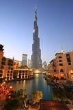 迪拜Burj哈利法摩天大楼夜晚上暮色蓝色小时 免版税图库摄影