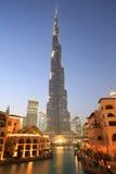 迪拜Burj哈利法街市摩天大楼夜暮色蓝色小时 图库摄影