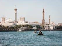 迪拜Creek和清真寺在背景中 免版税库存照片