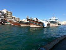 迪拜Creek地平线视图有渔船和大厦看法  小船和传统阿布拉省轮渡在迪拜Creek 库存图片