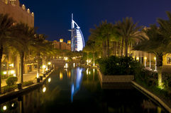 Burj Al阿拉伯人在晚上 免版税图库摄影