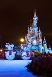 迪斯尼乐园巴黎城堡在与圣诞节装饰的晚上 库存图片