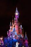迪斯尼乐园巴黎城堡在梦想期间的晚上显示 免版税库存图片