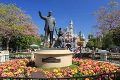 迪斯尼在迪斯尼乐园成为雕象的伙伴 免版税库存照片