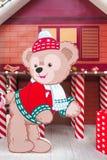 迪斯尼玩具熊`达菲`纸冲切了圣诞节和2016新年装饰照片摊的设定在愉快的Fa的中央世界 图库摄影