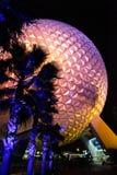 迪斯尼` s著名太空飞船地球在晚上 图库摄影