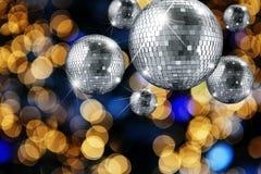 迪斯科与光的球和晚上装饰品 免版税库存照片