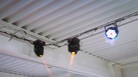 迪斯科光的运转的设备在一块白色天花板下附有农场 股票视频