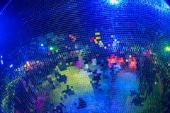 迪斯科发光在颜色的镜子球 免版税图库摄影