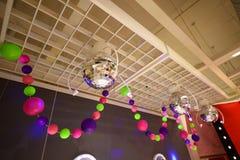 迪斯科球和五颜六色的党电灯泡 库存图片