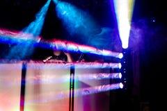 迪斯科聚会五颜六色的聚光灯和烟在DJ驻地 免版税库存照片