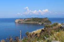 迪诺海岛和蓝色海, Isola di迪诺,普拉伊阿阿马雷,卡拉布里亚,南意大利 库存照片