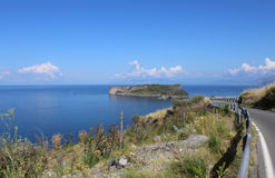 迪诺海岛和蓝色海, Isola di迪诺,普拉伊阿阿马雷,卡拉布里亚,南意大利 免版税图库摄影