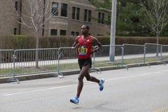 迪诺Sefir埃塞俄比亚在进来第8的波士顿马拉松赛跑与2:14的时期:26 2017年4月17日 免版税图库摄影