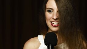 迷人微笑和笑在照相机的美丽的长发女孩的面孔 股票视频