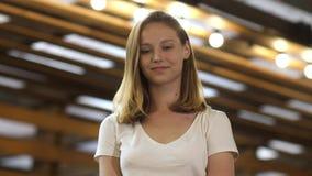 迷人微笑对照相机的少女 股票视频