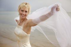迷人海滩的新娘 免版税库存照片