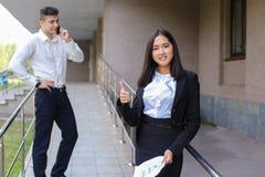 年轻迷人的亚裔女商人,女性画象看看凸轮 免版税库存图片