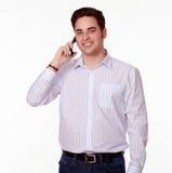 迷人的人发表演讲关于他的手机 免版税库存图片