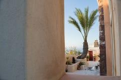 迷人的后院有表和海视图在Oia,圣托里尼, Cyc 免版税图库摄影