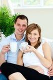 迷人的咖啡夫妇托起藏品微笑 库存图片