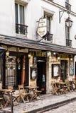 迷人的咖啡馆La Taverne在蒙马特小山的de蒙马特 巴黎 免版税库存照片