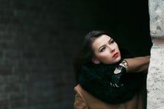 迷人的在外套的时尚女性modell 库存图片