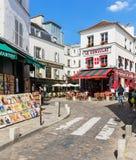 迷人的处所蒙马特用传统法国咖啡馆, Pa 免版税库存照片