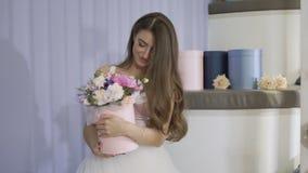迷人的女孩嗅到花花束  股票录像
