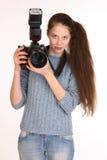 迷人的女孩摄影师 免版税库存照片