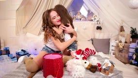 迷人的姐妹交换礼物,新年美丽的女孩` s心情,妈妈给圣诞节礼物,愉快的儿童惊奇 影视素材