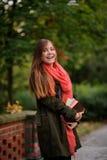 迷人的学生在一个美丽的秋天公园 库存图片